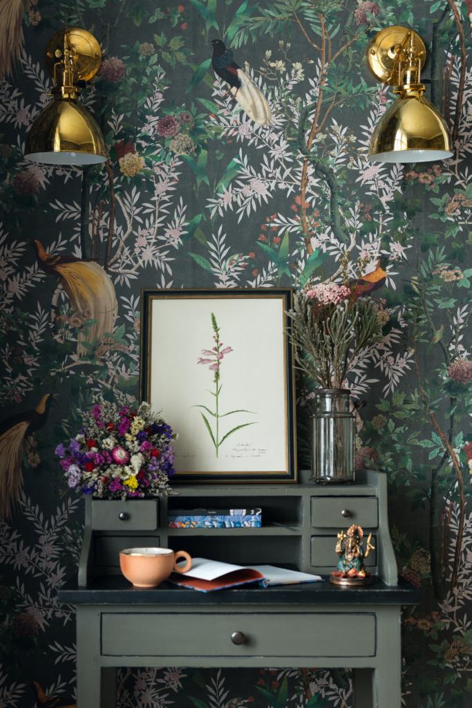 statement wallpaper Rockettstgeorge-ROYAL-GARDEN-Grey-wallpaper-mind-the-gap